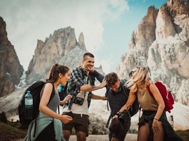 Jugendlich lachen beim Wandern